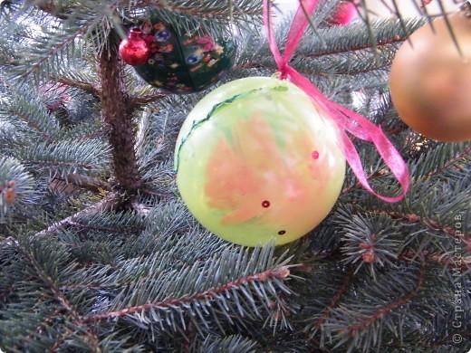 Акриловый шарик покрыла белой краской и наклеили фетровые фигурки фото 4