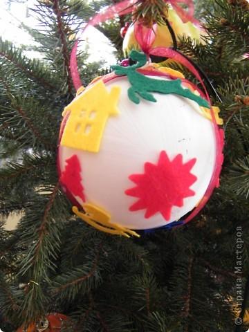Акриловый шарик покрыла белой краской и наклеили фетровые фигурки фото 3