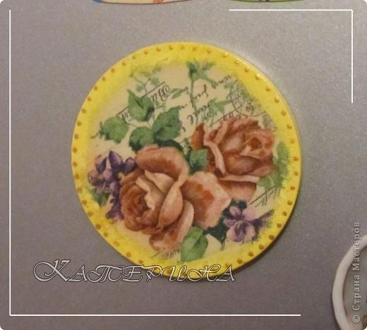 Размер 8 см. Материал: гипс, этикетка от шоколадки, объёмный контур, акриловые краски, акриловый лак. фото 3
