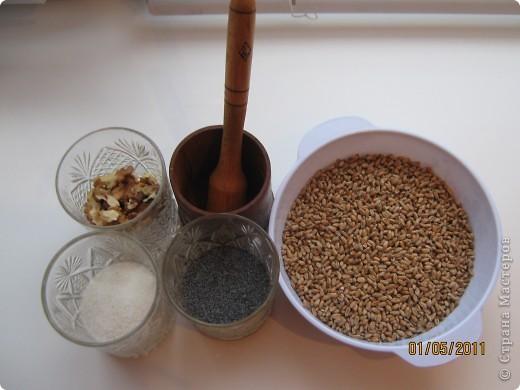 Решила сделать кутью(сочиво) из пшеницы. Для этого нам нужно пшеница-2 стакана, мак-0.5 стакана, орехи-0.5 стакана, сахар-0.5 стакана и ступка. фото 1