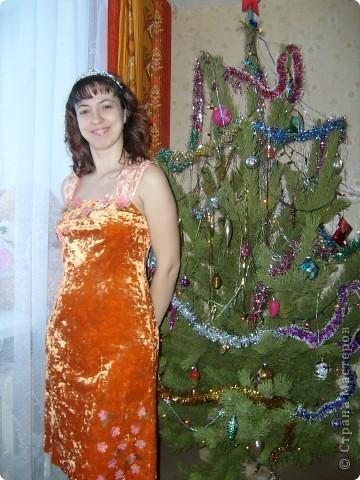 Платье на Новый год! Правя сторона платья,с боку верху, где пришиты цветочки мелким бисером. фото 2