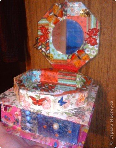 решила,что чего то не хватает и добавила ещё коробочку на верх.Это просто коробка из-под конфет обклеенная белой бумагой и салфетками,в качестве застёжки использовала кусочек кружева.Ещё декорировала коробочку наклейками бабочек фото 18
