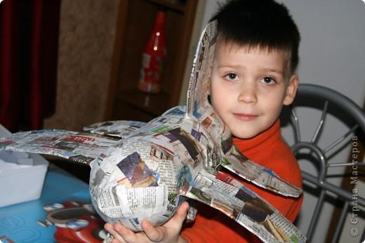 Около полугода назад я нарвалась на блог одной замечательной девушки http://increations-ru.blogspot.com/2008/05/papier-mache-aircraft.html (блог закрыт), с очень интересной идеей для ребенка, ну и как всегда оставила этот блог в закладках. Очень растроилась, когда снова зашла в блог в декабре месяце и узнала что владелица его закрыла. Но отступать не стали, решили делать самолет по памяти.... фото 6