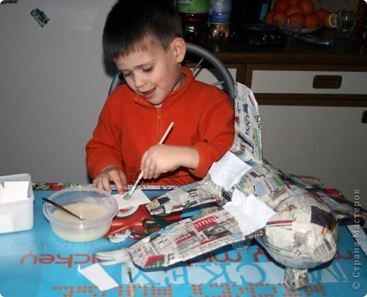 Около полугода назад я нарвалась на блог одной замечательной девушки http://increations-ru.blogspot.com/2008/05/papier-mache-aircraft.html (блог закрыт), с очень интересной идеей для ребенка, ну и как всегда оставила этот блог в закладках. Очень растроилась, когда снова зашла в блог в декабре месяце и узнала что владелица его закрыла. Но отступать не стали, решили делать самолет по памяти.... фото 8