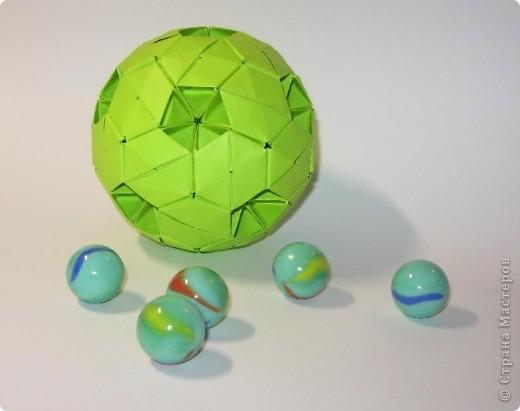 Здравствуйте!  Это мои футбольные мячи.  Sphere by Miyuki Kawamura Книгу Миюки Кавамуры 'Origami modular' со схемой можно скачать отсюда: http://japaoburajirujin.blogspot.com/search/label/Miyuki%20Kawamura фото 2