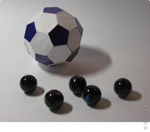 Здравствуйте!  Это мои футбольные мячи.  Sphere by Miyuki Kawamura Книгу Миюки Кавамуры 'Origami modular' со схемой можно скачать отсюда: http://japaoburajirujin.blogspot.com/search/label/Miyuki%20Kawamura фото 4