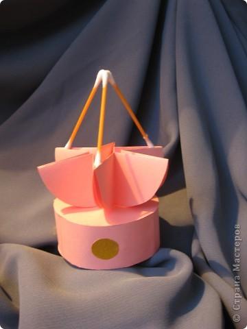 Орбитальная космическая станция. Основа - круглая коробочка, второй этаж - оригами из кругов, антенна - ватные палочки. фото 1
