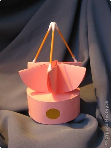 Орбитальная космическая станция. Основа - круглая коробочка, второй этаж - оригами из кругов, антенна - ватные палочки. фото 4