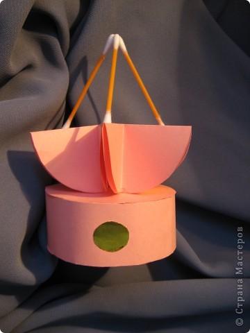 Орбитальная космическая станция. Основа - круглая коробочка, второй этаж - оригами из кругов, антенна - ватные палочки. фото 5