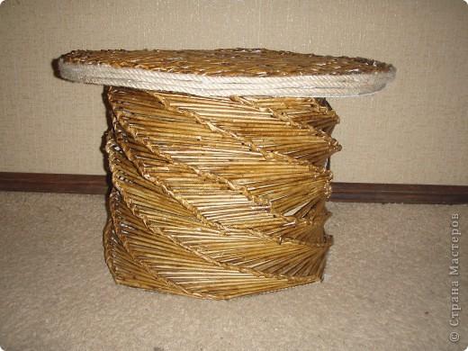 Этот столик попросил меня сделать мой муж. У него на работе все его чайно-кофейные пренадлежности стоят на подоконнике. А это не красиво, да  не удобно. Вот я и сплела для него эту малютку. Он не высокий, всего 50см, а диаметр столешницы-70см. Думаю места хватит для всего.  фото 1