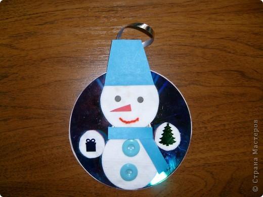 Перед Новым годом со своими детьми в детском саду,мы сделали вот такие украшения на компьютерном диске.Их можно повесить на ёлочку или украсить стены. Этого снеговичка сделала я,для образца.  фото 1