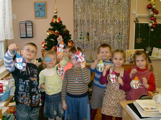 Перед Новым годом со своими детьми в детском саду,мы сделали вот такие украшения на компьютерном диске.Их можно повесить на ёлочку или украсить стены. Этого снеговичка сделала я,для образца.  фото 3