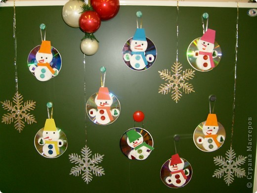 Перед Новым годом со своими детьми в детском саду,мы сделали вот такие украшения на компьютерном диске.Их можно повесить на ёлочку или украсить стены. Этого снеговичка сделала я,для образца.  фото 2