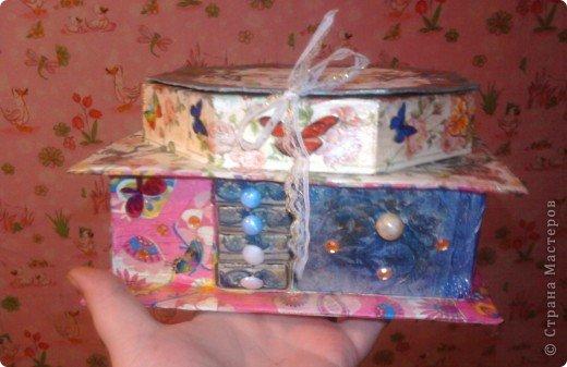 решила,что чего то не хватает и добавила ещё коробочку на верх.Это просто коробка из-под конфет обклеенная белой бумагой и салфетками,в качестве застёжки использовала кусочек кружева.Ещё декорировала коробочку наклейками бабочек фото 1