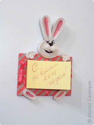 В этом году решила сделать магниты с символами года полезными.  Сидящий кролик с подарком-блокнотом. фото 1