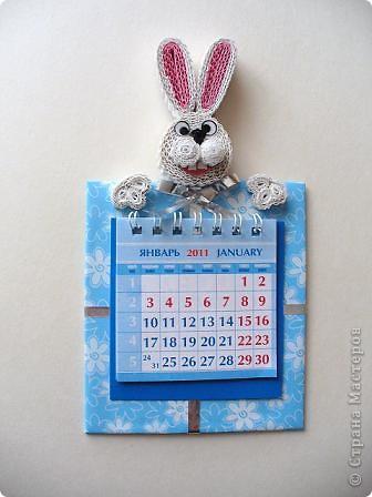 В этом году решила сделать магниты с символами года полезными.  Сидящий кролик с подарком-блокнотом. фото 3