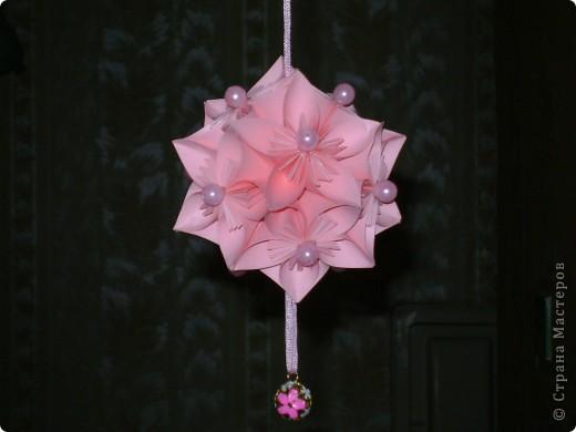 Эта цветочная кусудамочка покорила всех моих учеников и близких.  Кстати, совершенно случайно нашла в отделе сувениров маленький цветочный шарик-колокольчик.Приспособила его как подвеску.   фото 1