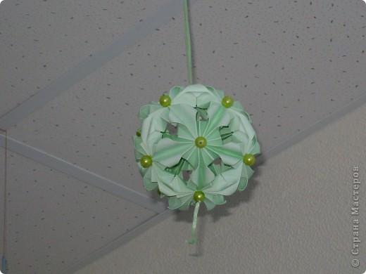Эта цветочная кусудамочка покорила всех моих учеников и близких.  Кстати, совершенно случайно нашла в отделе сувениров маленький цветочный шарик-колокольчик.Приспособила его как подвеску.   фото 2