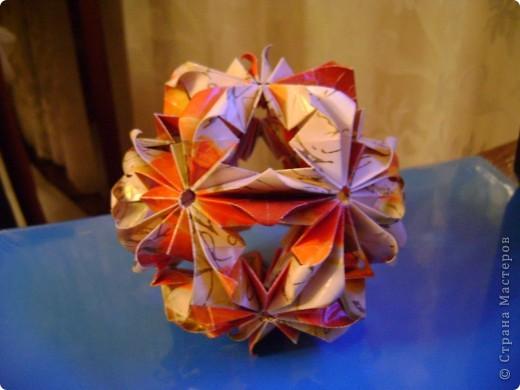 Эта цветочная кусудамочка покорила всех моих учеников и близких.  Кстати, совершенно случайно нашла в отделе сувениров маленький цветочный шарик-колокольчик.Приспособила его как подвеску.   фото 5