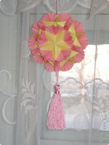 Эта цветочная кусудамочка покорила всех моих учеников и близких.  Кстати, совершенно случайно нашла в отделе сувениров маленький цветочный шарик-колокольчик.Приспособила его как подвеску.   фото 6
