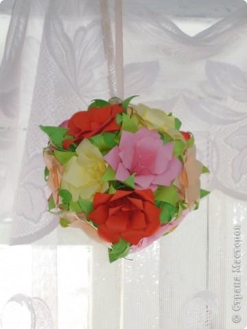 Эта цветочная кусудамочка покорила всех моих учеников и близких.  Кстати, совершенно случайно нашла в отделе сувениров маленький цветочный шарик-колокольчик.Приспособила его как подвеску.   фото 7