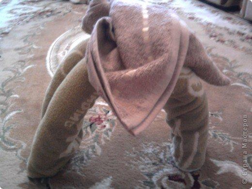 Трудно поверить но это полотенце может превратиться в слонёнка! Как я уже сказала нам понадобится полотенце( желательно однотонное у меня его под рукой не оказалось)  фото 13