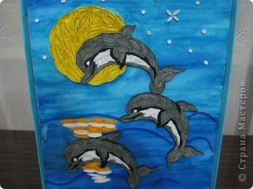 Подруга обожает дельфинов, вот я и решила сделать ей подарок на день рождения. с начало решила сделать одного, но одному на картине было скучно фото 4