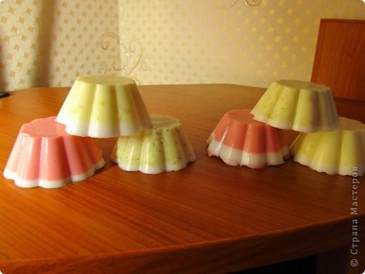 Впечатленная работами многих мастеров и отзывами о самодельном мыле, я решила попробовать сама его сварить:) Сделала из основы. Добавляла: базовое пальмо-ядровое масло, масло жожоба, эфирки апельсина и лимона, цветки календулы и лимонную цедру, а в розовое - пищевой краситель :)) Отливала в силиконовую форму для кексов. Получилось не очень красиво, но как вкусно пахнет цитрусами...