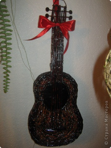 Вот и появилась на свет моя гитара, которая очень долго ждала своей очереди. Размер чуть меньше настоящей. фото 2