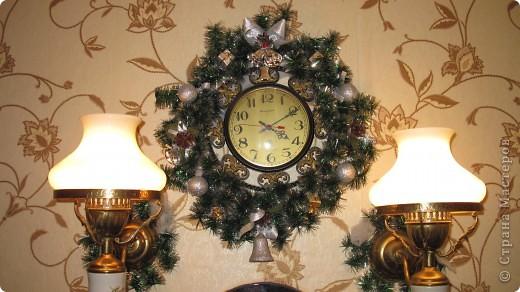 Мои новогодние украшения часов и бра в коридоре. фото 1
