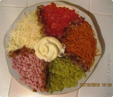 Этот салатик легко готовится и он очень вкусный. Позаимствовала рецепт у своей приятельницы. Все ингредиенты режутся кубиками. 1. Морковь корейская 2. Огурец соленый 3. Ветчина или вареное мясо 4. Сыр тертый на крупной терке 5. Свежий помидор 6. Лук обжаренный Все укладывается на тарелку, в центр майонез.