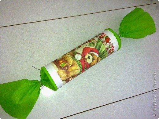 """Когда-то давно, когда дочь ещё была маленькая, я для неё и её гостей делала подарки из баночек от чипсов """"Принглз"""". Только тогда украшала их самоклеящейся бумагой, вырезала из неё разные фигурки. А теперь использовала декупаж. Плюс гофрированная бумага, плюс ёлочный дождик для завязывания этих огромных конфет. А внутрь насыпаны сладости. Жалко, что все не успела сфотографировать. Раздарила. фото 2"""