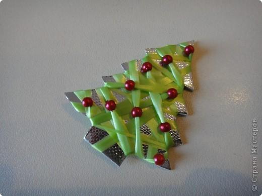плотный серебряный картон вырезам по форме елочки. обматываем тонкой лентой, которой оформляют цветы. на последних оборотах добавляем бусины фото 1
