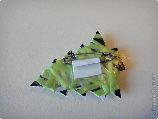 плотный серебряный картон вырезам по форме елочки. обматываем тонкой лентой, которой оформляют цветы. на последних оборотах добавляем бусины фото 2