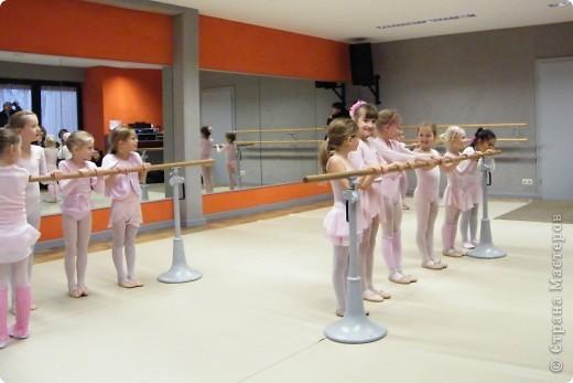 Моя Виктория 2- год занимается балетом, желание у нее было уже лет с 4-х, но в связи с переездом пришлось немного попозже начать. В этом декабре приходил фотограф. Вот что получилось.  фото 4