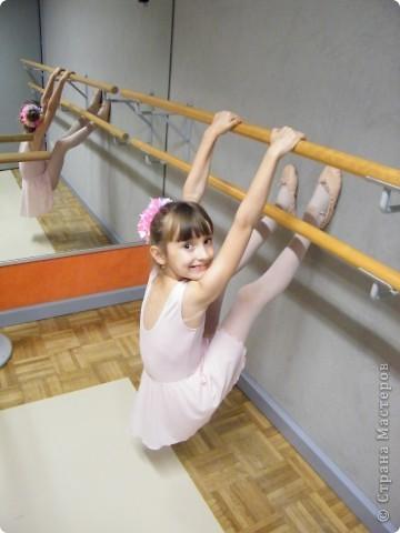 Моя Виктория 2- год занимается балетом, желание у нее было уже лет с 4-х, но в связи с переездом пришлось немного попозже начать. В этом декабре приходил фотограф. Вот что получилось.  фото 6