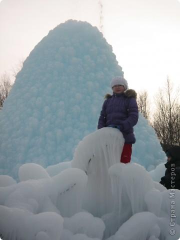 Такая сосулька есть в Челябинской области. Каждый раз она разная, все зависит от погодных условий, температуры, ветра и др. Просто из под земли бьет фонтан и зимой замерзает. А вокруг красота неописуемая. Сами смотрите. фото 13
