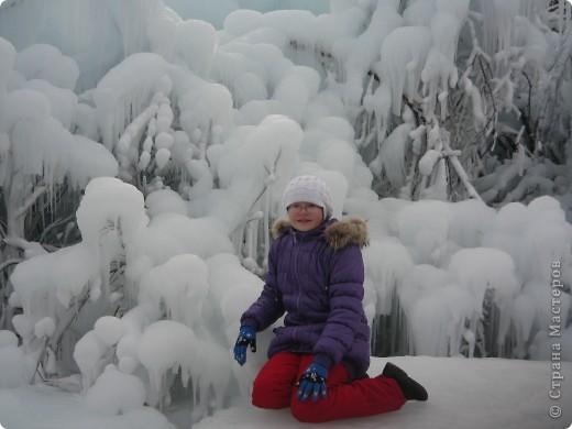 Такая сосулька есть в Челябинской области. Каждый раз она разная, все зависит от погодных условий, температуры, ветра и др. Просто из под земли бьет фонтан и зимой замерзает. А вокруг красота неописуемая. Сами смотрите. фото 16