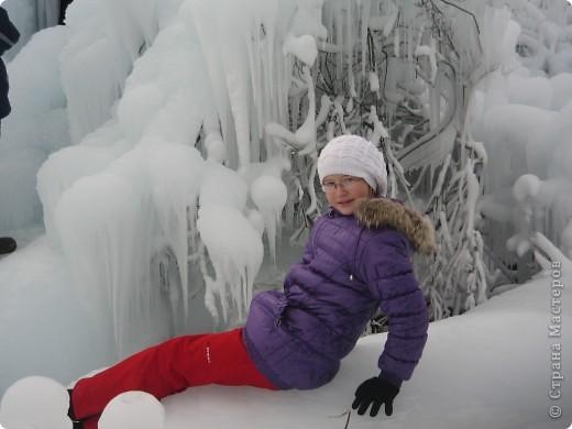 Такая сосулька есть в Челябинской области. Каждый раз она разная, все зависит от погодных условий, температуры, ветра и др. Просто из под земли бьет фонтан и зимой замерзает. А вокруг красота неописуемая. Сами смотрите. фото 17