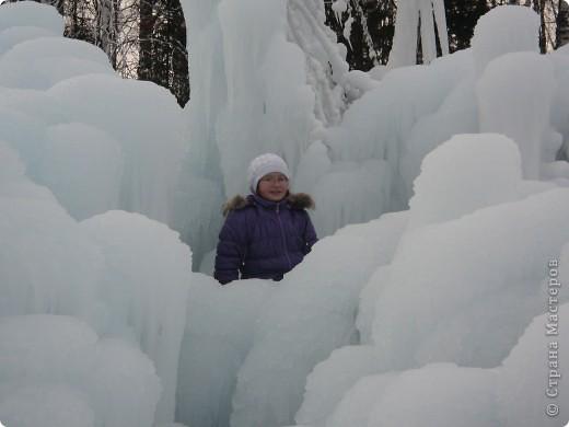 Такая сосулька есть в Челябинской области. Каждый раз она разная, все зависит от погодных условий, температуры, ветра и др. Просто из под земли бьет фонтан и зимой замерзает. А вокруг красота неописуемая. Сами смотрите. фото 18