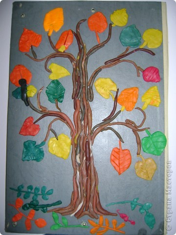 Вот такое дерево вырастили мои первоклашки и я. Кстати, к Новому году, когда листьев на дереве не стало, на ветках появились игрушки - символы наступающего года (к сожалению. фотографию не успела сделать).