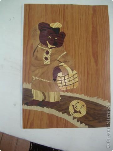 Работы Учеников 7 класса.  Было время, когда работала с мальчиками в школе, вела технологию.  Программа по технологии включала изготовление  небольших изделий из шпона.  Шпон  (нем. Span, Spon — щепка, подкладка), древесный материал в виде тонких листов древесины, толщиной от 1 до 5 мм. Живем мы в небольшой городке, где нет мебельной промышленности, соответственно нет возможности приобрести шпон в магазинах.  Материал оказался уникальным для меня. На занятиях заменила шпон клеящей пленкой под древесину, и это оказалось очень удачно.  Понравилось работать с пленкой из - за большого разнообразия цвета, хотя цвет сильно насыщен, поэтому отличается от естественного. Но материал доступен, не крошится при работе, не требует большого количества инструмента.  фото 2