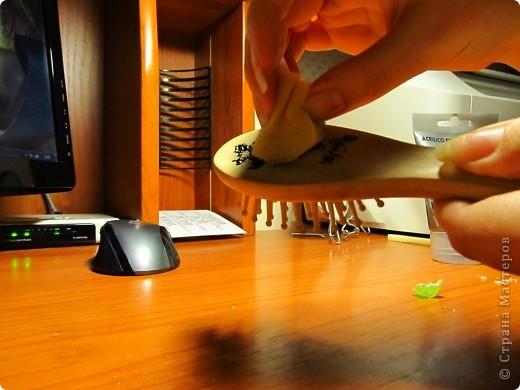 Сегодня я расскажу вам, как я сделала для сестрички комплект именных-расписных расчесок (массажку и гладкую) с искусственно сделанными потертостями. Это они с одной стороны... фото 4