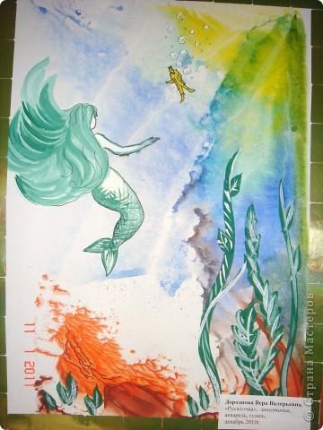 Русалочка стремится к статуэтке принца, которая во время кораблекрушения оказалась в море... Солнце пробивается сквозь толщу воды, кораллы обжигают своими красками... фото 1