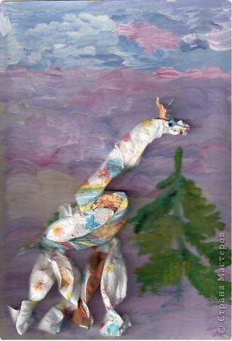 Жил В Африке Жираф, никогда не видел ёлки, снега, питался скудной листвой на редких деревьях. Однажды прогуливаясь Жираф набрёл на необычное для этих мест деревце.  фото 3