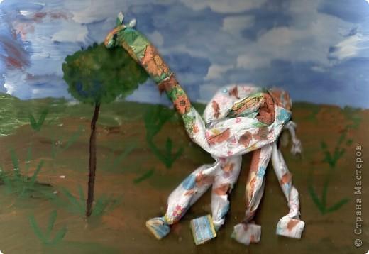 Жил В Африке Жираф, никогда не видел ёлки, снега, питался скудной листвой на редких деревьях. Однажды прогуливаясь Жираф набрёл на необычное для этих мест деревце.  фото 2