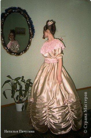 """Сшила платье для дочки моей подруги. На """"Пушкинском балу"""", который у нее в гимназии каждый год проходит, просто обязали быть в подобном виде.  Платье из креп-сатина, пелерина из розового кружева, пояс - основа креп-сатин, сверху кружево (застегивается на крючёчки). Розы на платье (на фото плохо видно) и в прическе из того же материала. Под платьем подъюбник и кольца, как для свадебных платьев. Сборки внизу платья сделаны с помощью резинок (с изнанки: натягиваем резинку и прошиваем на машинке сверху вниз, когда отпускаем резинку, получается такой эффект). фото 1"""