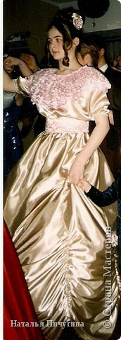 """Сшила платье для дочки моей подруги. На """"Пушкинском балу"""", который у нее в гимназии каждый год проходит, просто обязали быть в подобном виде.  Платье из креп-сатина, пелерина из розового кружева, пояс - основа креп-сатин, сверху кружево (застегивается на крючёчки). Розы на платье (на фото плохо видно) и в прическе из того же материала. Под платьем подъюбник и кольца, как для свадебных платьев. Сборки внизу платья сделаны с помощью резинок (с изнанки: натягиваем резинку и прошиваем на машинке сверху вниз, когда отпускаем резинку, получается такой эффект). фото 3"""