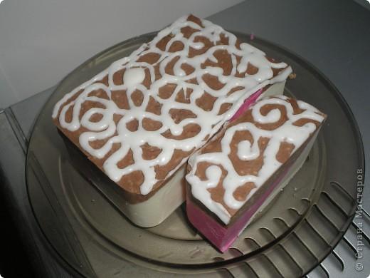 Вот такое мылко у меня получилось сегодня. Сварила из детского мыла, малиновый слой подкрасила фукорцином, коричневый - какао. фото 3