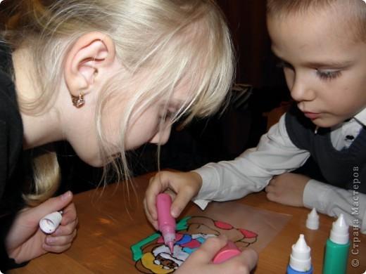 непонятно,кому больше было интересно : детям или взрослым?! по отзывам родителей все получили удовольствие от работы с витражными красками! фото 10